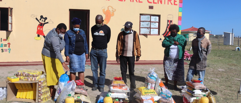 Mayor handing over Food Parcels to Mpekweni village  Indigent people  Ngqushwa Local Municipality Mayor, Cllr Daniswa Ncanywa  in partnership with the Gift of the Givers Foundation handed over a drilled a new borehole at Nompumelelo Hospital in Peddie Town.